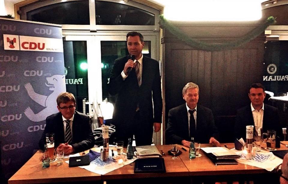 Stephan Mayer MdB (stehend) mit (v.l.n.r.) Philipp Lengsfeld MdB, Volker Liepelt, Florian Nöll (Kandidat für das Abgeordnetenhaus)