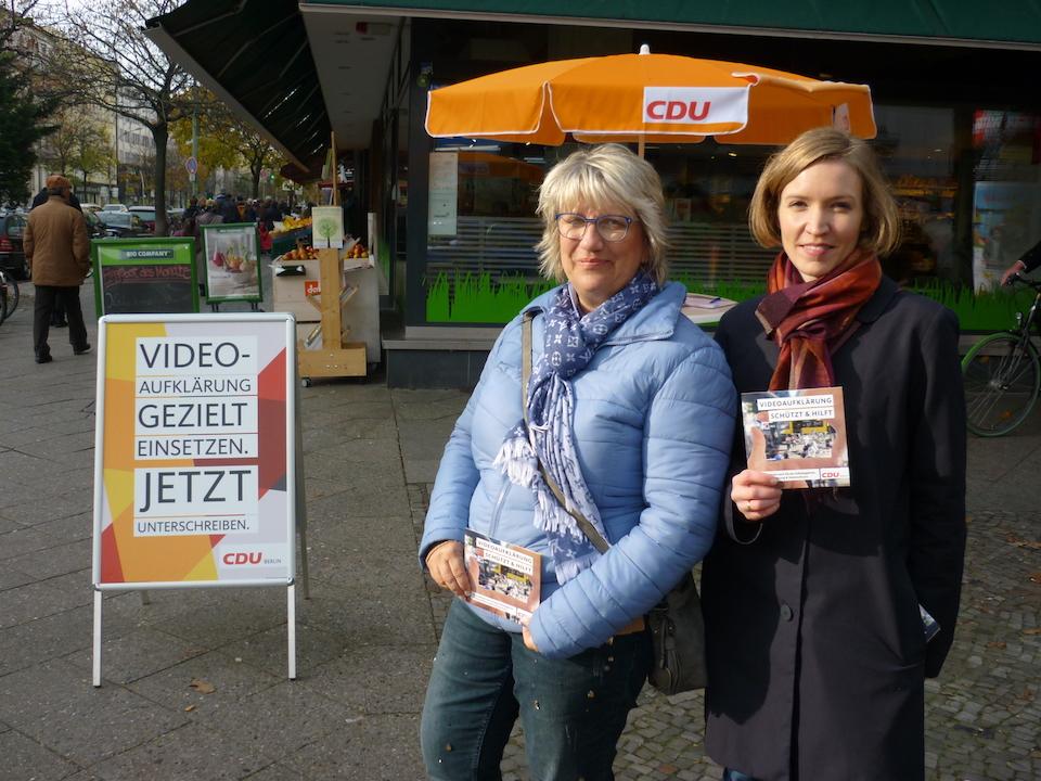 Mitglieder der CDU Moabit sammeln auf der Turmstraße Unterschriften für den »Volksentscheid Videoaufklärung & Datenschutz«. Foto: Benno Kirsch