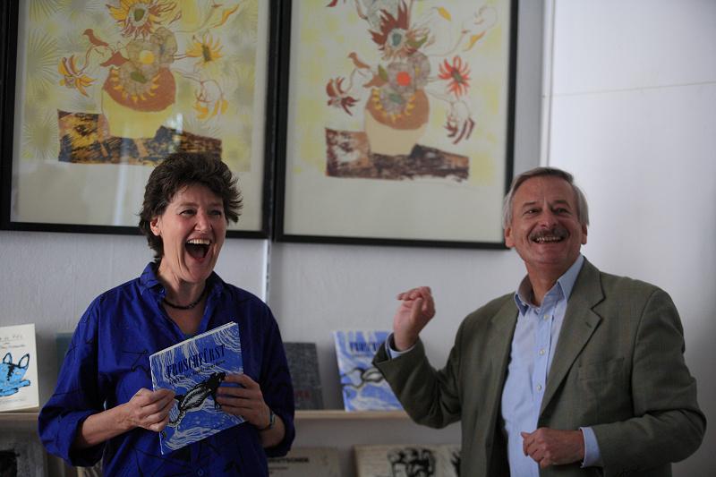 Volker Liepelt mit Hanneke van der Hoeven in ihrem Atelier in der Unionstr. 6a