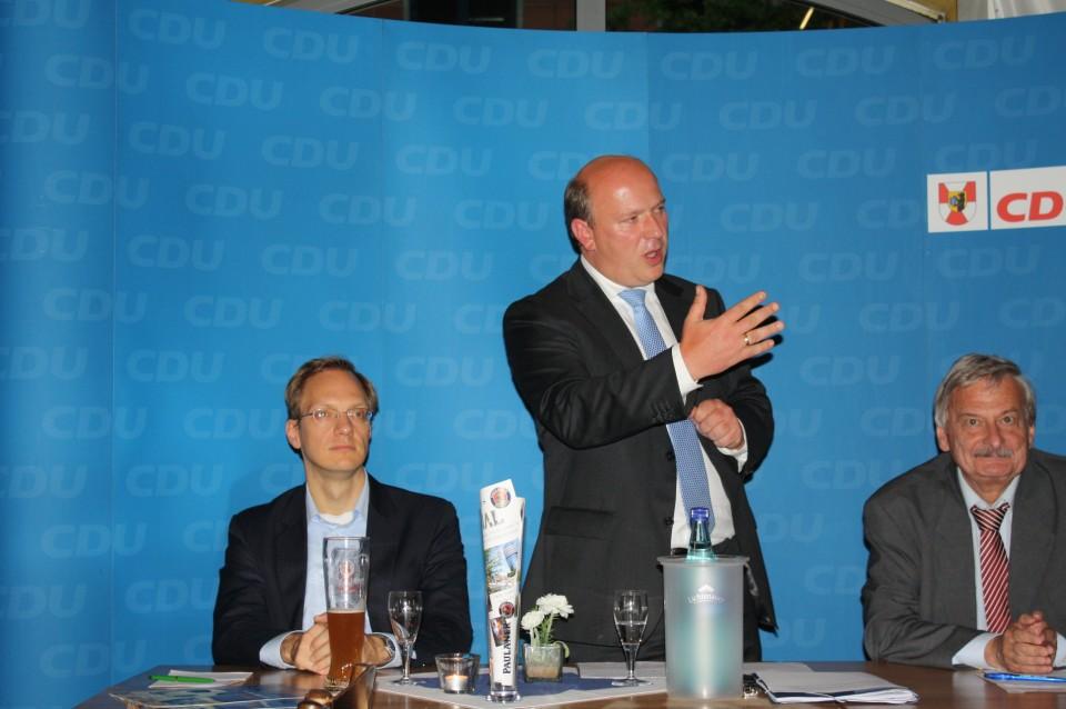 Kai Wegner (Mitte) mit dem Vorsitzenden der CDU Moabit, Volker Liepelt (rechts) und dem Vorsitzenden der CDU Tiergarten, Stadtrat Carsten Spallek (links)