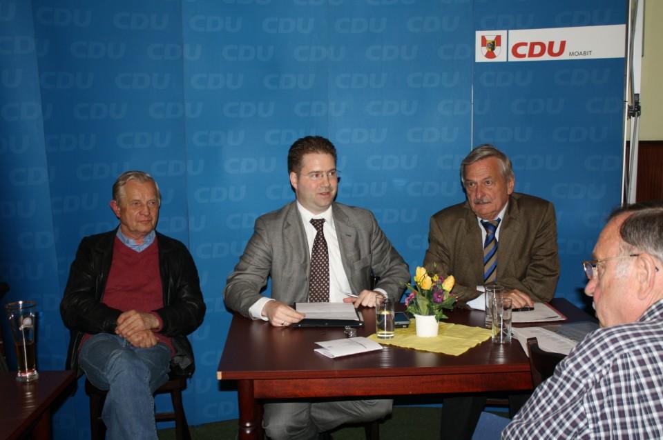 Matthias Brauner, MdA, zwischen dem Bezirksverordneten Dr. Dieter Schulze und Volker Liepelt