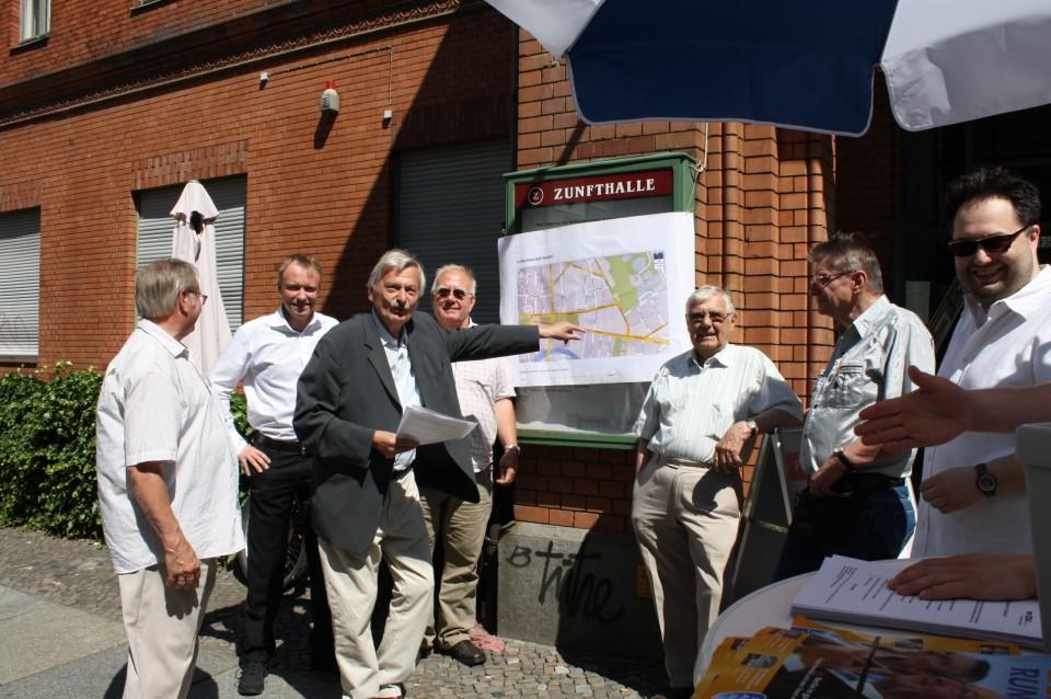 Volker Liepelt erläutert die möglichen Routen für eine Straßenbahn nach Moabit