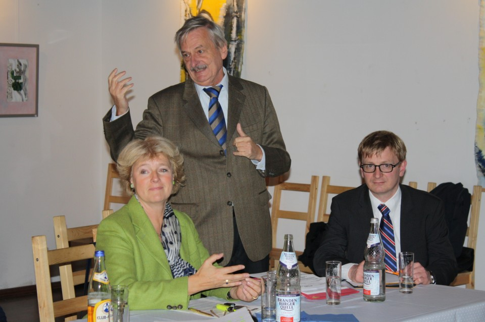 Volker Liepelt bei seiner Begrüßung zwischen den Bundestagsabgeordneten Prof. Monika Grütters und Dr. Philipp Lengsfeld